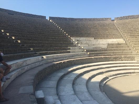 Teatri Gjigand i Pompeit i mbuluar per 17 shekuj nga viti 79 eres se re deri ne vitin 1748